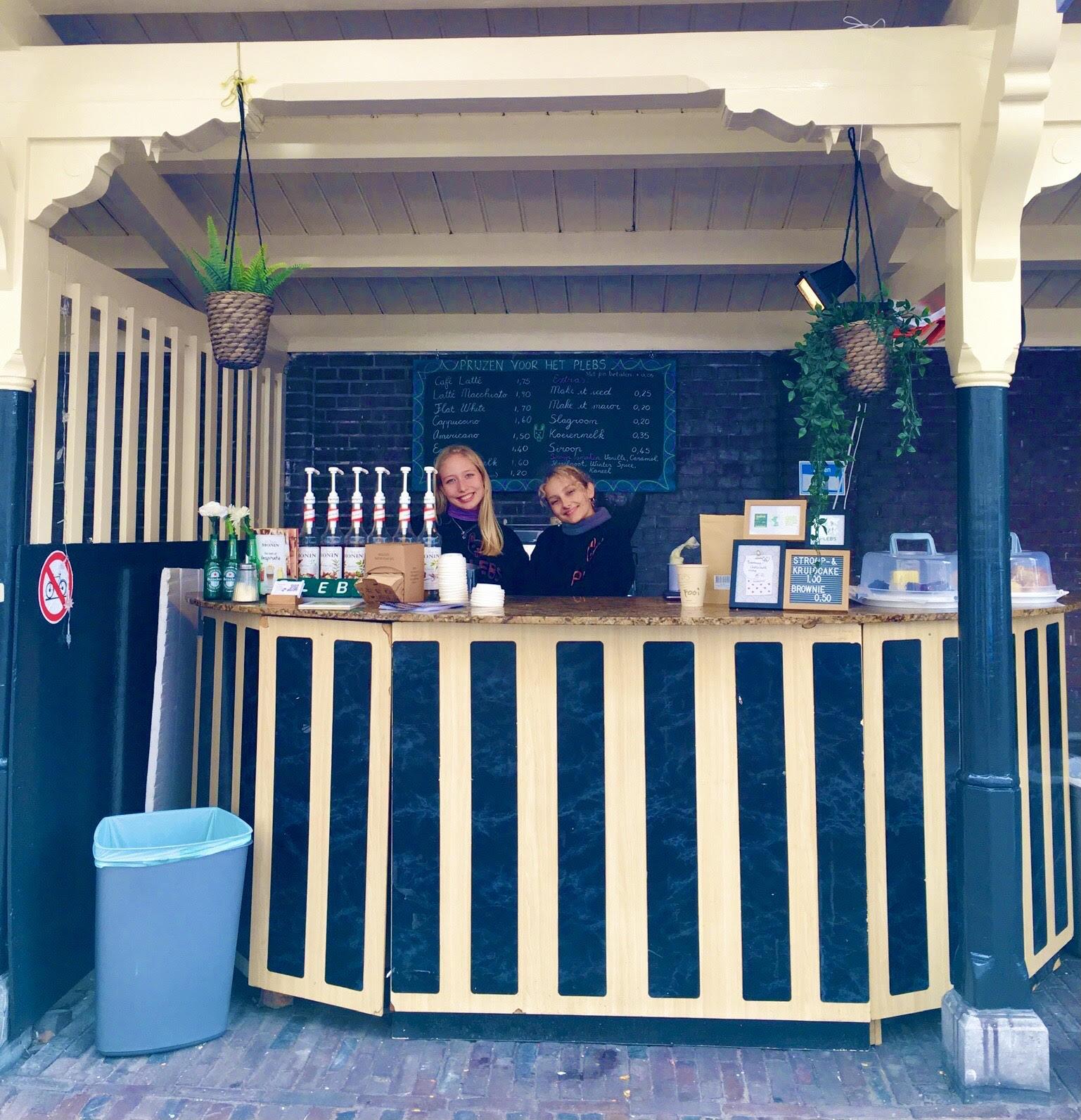 Milieuvriendelijke koffie, thee en chocolademelk bij PLEBS op het schoolplein